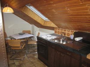 Küche mit Herd und Spüle